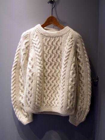 アランニットの起源は9世紀にさかのぼると言われており、もともとは漁師のために作られた伝統的なハンドニットです。耐水効果があり、独特の編み目模様は、漁師が使っていたロープなどがモチーフになっています。