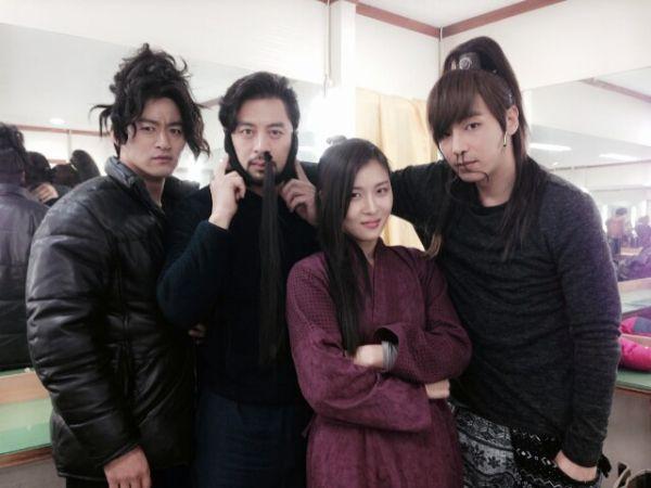 Joo Jin Mo, Kwon Oh Jung, Ha Ji Won & Jin Yi Han on the set of Empress Ki