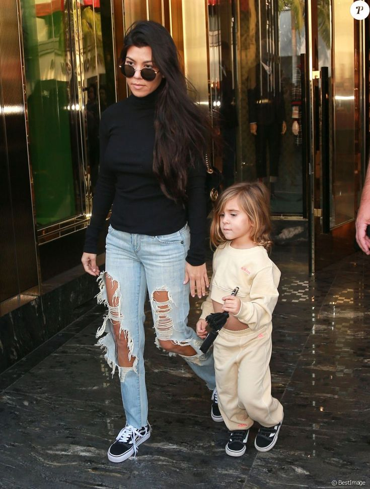 Kourtney Kardashian fait du shopping chez Gucci avec sa fille Penelope Disick et rejoint ensuite Scott Disick pour déjeuner à Beverly Hills, le 13 décembre 2016