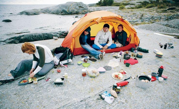 """Mat smakar bäst utomhus. Det är Karin Ihres övertygelse. I kokboken """"På en låga"""" visar hon hur stormköksmat kan vara lyxig, och med rätt utrustning och recept dessutom miljösmart."""