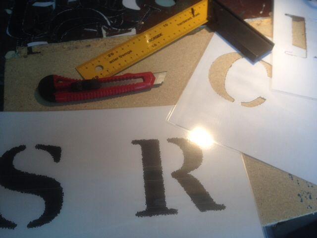 Letters uitprinten, lamineren en daarna voorzichtig uitsnijden.