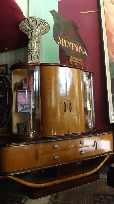Mobile Art Dèco in mogano e acero - La Bottega d'Arte Minerva dal 1943 è al servizio della clientela, con grande esperienza nel restauro del mobile antico. Un'ampia collezione di manifesti [...]