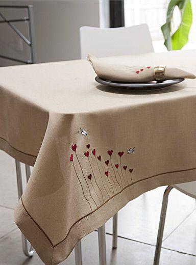 Une exclusivité Simons Maison   La table prend des airs ludiques avec notre nappe en toile brodée d'irrésistibles motifs de coeurs et de papillons.   - Accents rouge et blanc sur fond beige chaleureux  - Tissu 100% polyester facile d'entretien, laver-sécher à la machine  - Serviette de table coordonnée également disponible