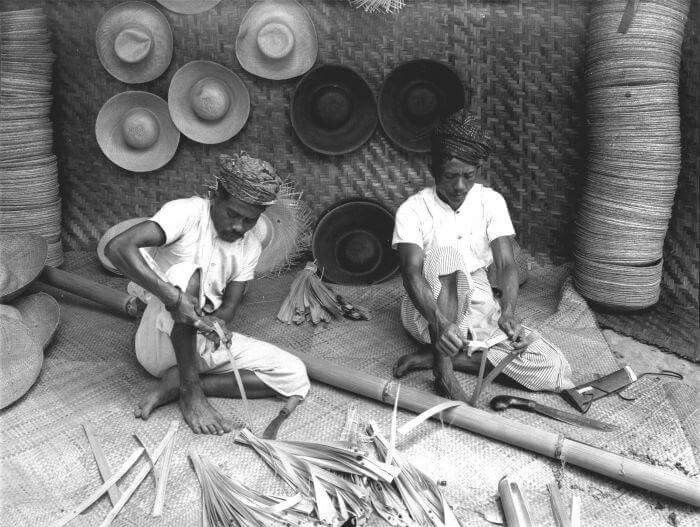 Dua orang lelaki sedang membuat anyaman dari bambu, 1910