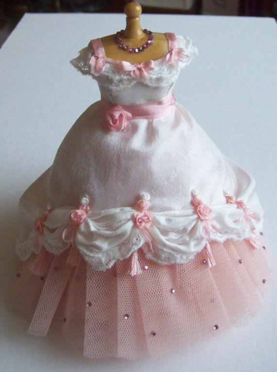 Belle soie faits à la main de miniature Ivoire de maison de poupée échelle 1/12ème et rose ballgown net sur mannequin