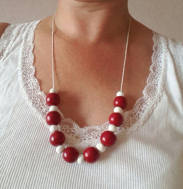Parure collier et boucle d'oreille avec perle de bois peinte alternativement en  rouge cerise et blanc