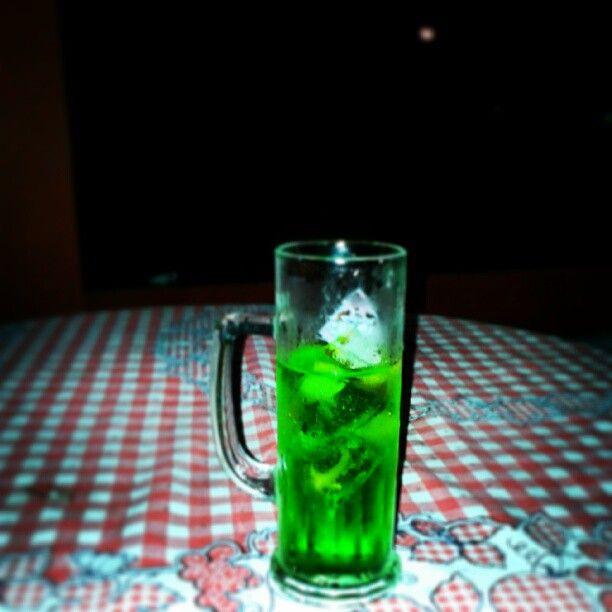 Esse é um clássico, um treco que eu bebo desde da 5ª série. Uma garrafa de vodka, uma garrafa de licor de menta e um litro e meio de tônica ou soda. Ressaca garantida. Photo by Eu.