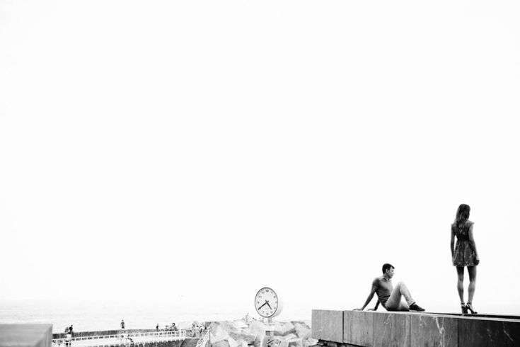 reloj -playa de zurriola-el kursal-blanco y negro-novios-ivan castillo fotografia