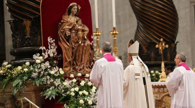 El Papa reza ante la Virgen María en San Pedro. Foto: Martha Calderón (ACI Prensa)