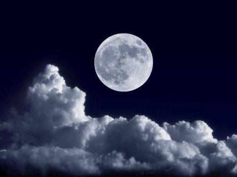 月の光を撮影した美しい写真