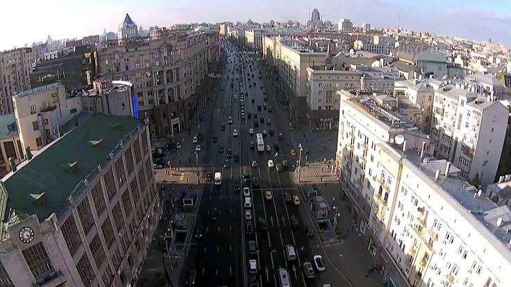 Высоко, высоко в небе над Москвой, внизу шумит  Тверская