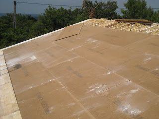 Une charpente type chevron-poutre I s'appuyant sur la faitière et la sablière, est parfaitement adaptée pour isoler une toiture avec des bottes de paille et constituer un bon support de plafond rampant. Cela permet de construire à budget modéré, des...