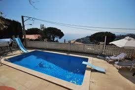 Villa de famille multicolore dans un quartier calme avec une piscine privée, et un barbecue en terre cuite pour préparer des bons repas le soir