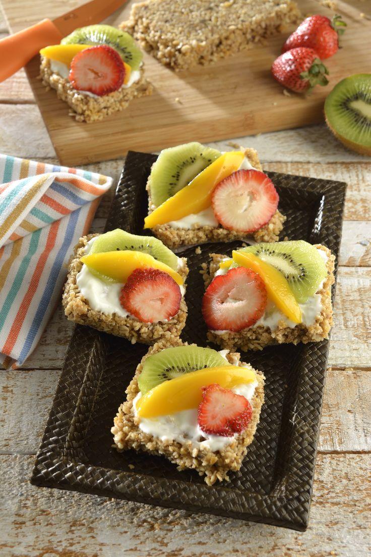 Consiéntete en las mañanas con estas deliciosas y saludables tostaditas de granola. Son crujientes, fáciles de hacer y aportan mucha energía. Están hechas con Granola