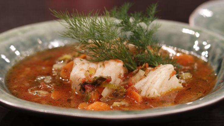 En lättgjord och smal fisksoppa som passar både till vardag och fest. Men soppan i sig är riktig smalmat. En portion innehåller bara 250 kcal.