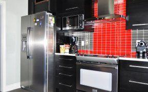Un garde-manger walk in a été construit de manière à donner beaucoup plus de rangement permettant ainsi de libérer les zones de travail de chaque côté de la cuisinière