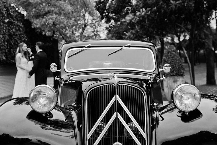Un coche de época de color negro
