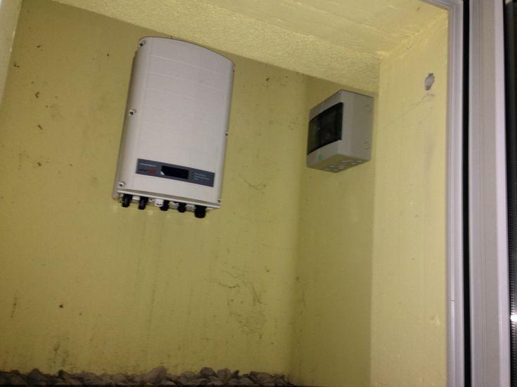 Überspannungsschutz und Wechselrichter im Lichtschacht montiert.