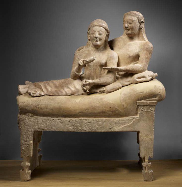 Urne cinéraire : couple à demi-étendu sur une klinè (lit), faisant les gestes de l'offrande du parfum