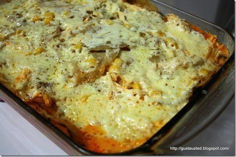 Pastel azteca, platillo tradicional preparado alternando capas de tortilla, salsa de jitomate, pollo, queso, rajas de chile poblano, crema ácida y granos de elote