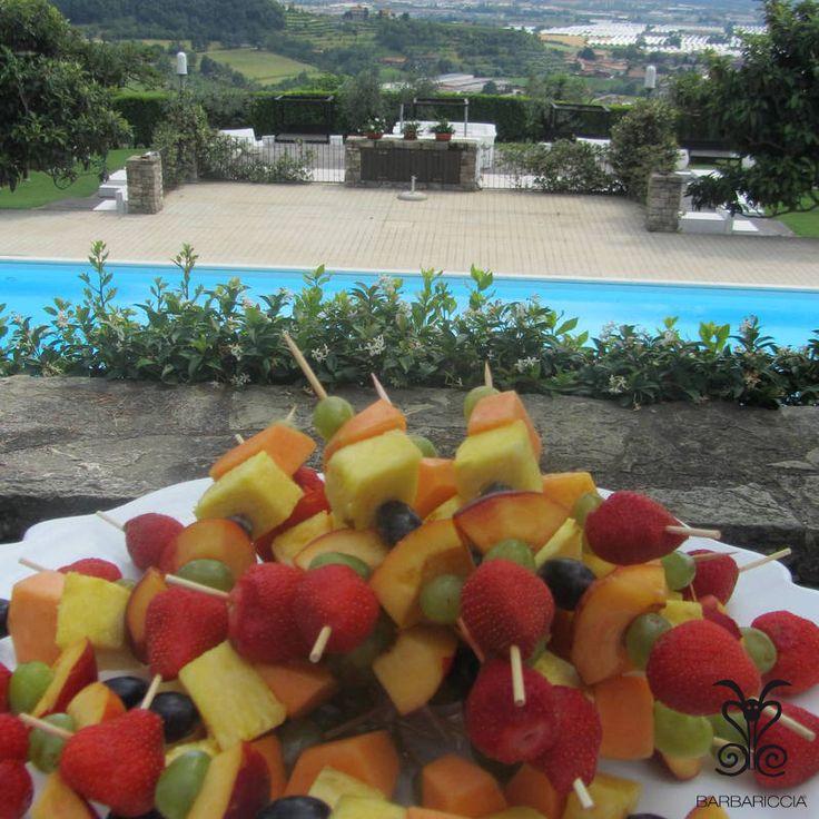 Spiedini di #Frutta nel #Parco del Cedro di @CastleOfAngels vista #piscina. #Merenda e #Spuntino ideale nelle giornate estive #Food #Good #Fruits #Colours