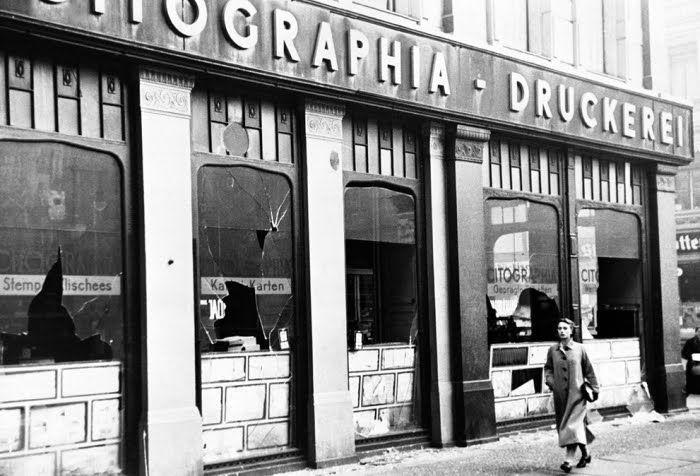 Janelas de lojas pertencentes a judeus  foram quebradas durante uma manifestação anti-judaica coordenada em Berlim, conhecida como Kristallnacht, em português: A Noite dos Cristais, em 10 de novembro de 1938. As autoridades nazistas fecharam os olhos quando os soldados da Sturmabteilung ( Destacamento Tempestade ) e civis nazistas  enfurecidos destruíram vitrines à marteladas, deixando as ruas cobertas de vidro. Noventa e um judeus foram mortos e 30.000 homens judeus foram levados para…