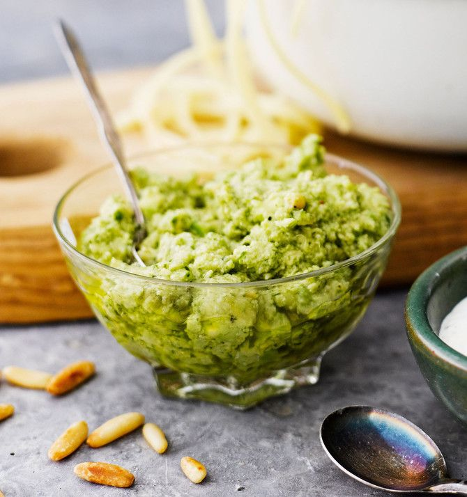 Avokadopesto maistuu hyvältä pastan seassa tai leivän päällä. Kokeile myös dippinä!