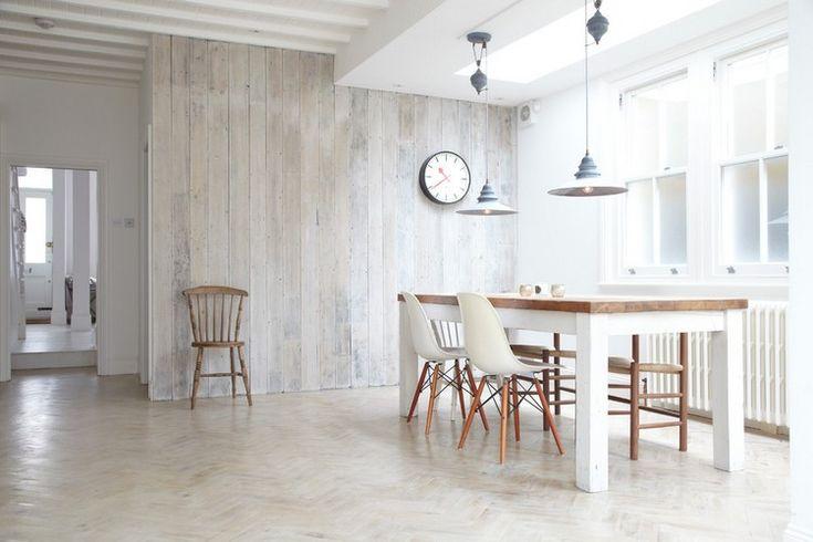 lambris bois blanc dilué en tant que décoration de style campagne chic dans la salle à manger