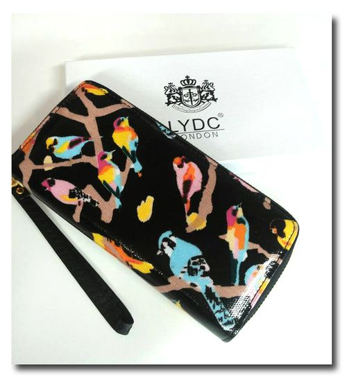 Linnut Lydc London design. Kaunis lintukuvioinen lompakko. Keskellä kolikkopussi, molemmin sivuin korttipaikkoja.(12) - See more at: http://somemore.fi/tuotteet.html?id=6/304#sthash.NQQw5U82.dpuf