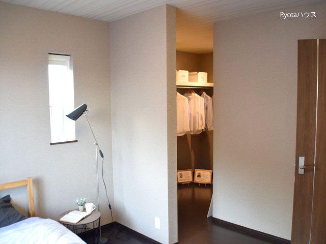 ウォークインクローゼットのある寝室 ローコスト住宅 おしゃれな家 インテリア