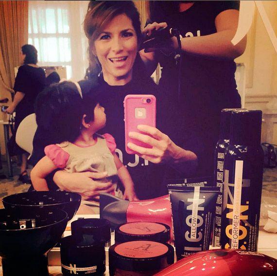 Aitana Derbez, una curiosa muñequita atentísima a la sesión de belleza de su madre, Alessandra Rosaldo