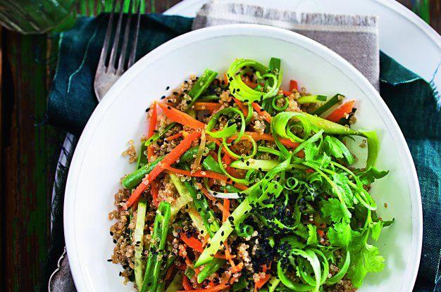 Quinoový salát ochucený černým čajem a sezamem