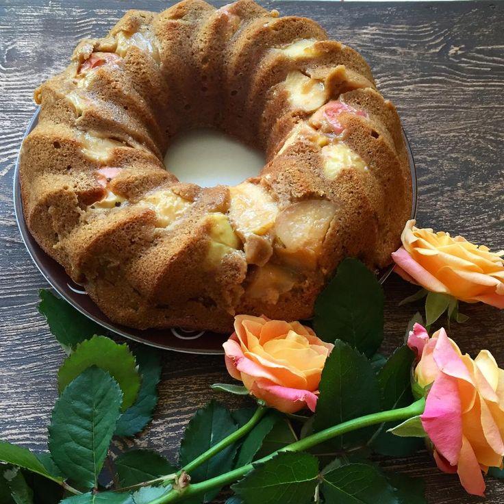 Если вы решили порадовать себя десертом, то лучше, проще и полезнее шарлотки вам не найти (и, наверное, не приготовить). В кусочке нашего яблочного пирога содержится всего 150 килокалорий. Главное — не съесть все 6 порций, которые подразумеваются в этом рецепте.