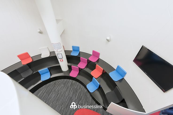 Aula - wystąpienie, prezentacja, szkolenie? Zależy Ci na skupieniu uwagi uczestników wydarzenia? W auli wyposażonej w 3 rzędy siedzisk nie będziesz miał z tym najmniejszego problemu. #salekonferencyjne #businesslinkzebra #zebratower #konferencja #businesslink
