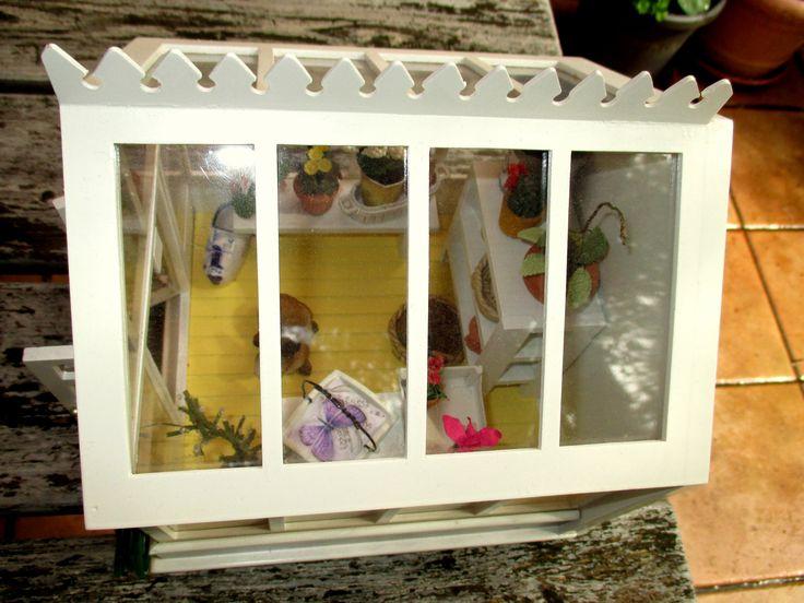 Das miniature greenhouse von oben: das Mini-Tablett hatte ich aus Holzresten gemacht (da wusste ich noch nicht, dass es mit Balsaholz einfacher geht...), weiß gestrichen und mit einem Schmetterlings-Foto beklebt. Der Griff ist aus dem Draht von einem Sektflaschenverschluss (braucht nur gebogen zu werden, das dicke Drahtteil kommt in die Mitte und bildet den Griff)