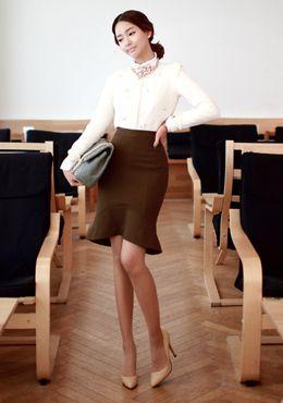 Today's Hot Pick :[タイトスカート]裾フリルデザイン上品タイトスカート【CHUU】 http://fashionstylep.com/SFSELFAA0014194/chuujp/out 裾フリルデザインがフェミニンなタイトスカートです。 Sラインを強調できるキレイなタイトシルエットがポイント♪ ブラウスと合わせて上品スタイルと相性抜群☆ フォーマルシーンにも大活躍できるアイテムです。 ベーシックなホカーキとブラックの2カラーをご用意しました。 S/Mの2サイズです。 身長によって着丈感が異なりますので下記の詳細サイズを参考にしてください。 ◆2色: カーキ/ブラック