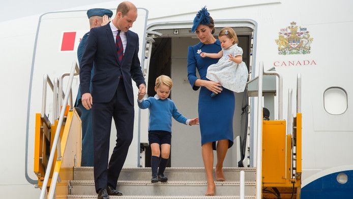 Prins William verlaat met zijn familie het vliegtuig