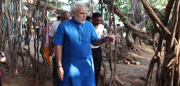 Shri Narendra Modi visits 500 year old auspicious Banyan Tree, Mahakali Vad at Kantharpura « Home   www.narendramodi.in