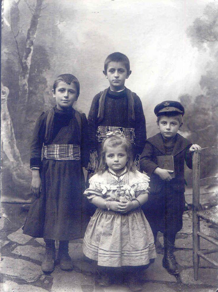 Παιδιά από την Κλεισούρα, αρχές 20ου αιώνα.