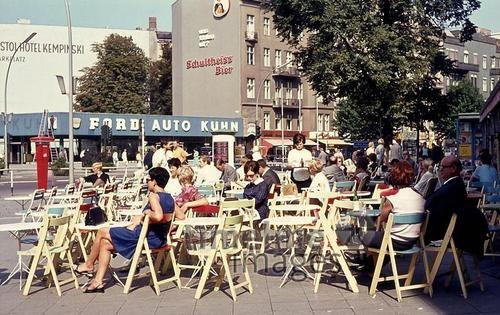 Menschen vor dem Cafe Möhring am Kurfürstendamm in Berlin, 1968 Juergen/Timeline Images #Berlin #Kudamm #60er #Café #Sonne
