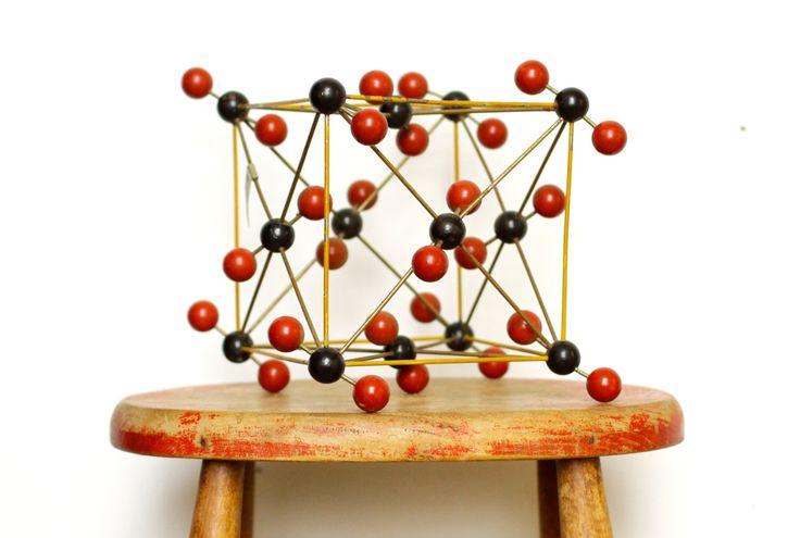 Modèle de l'atome vintage pour Co2 - outil pédagogique de chimie moléculaire - école laboratoire - géométrique par CrolAndCo sur Etsy https://www.etsy.com/fr/listing/271513155/modele-de-latome-vintage-pour-co2-outil