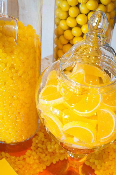 candy bar para una boda en amarillo