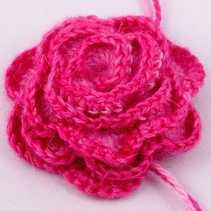 Helppo virkatturuusu. Petaled Rose. - Did it in 15 minutes. . . . it took 5 minutes to find the yarn! So easy.