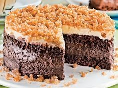 Receita de Bolo gelado três chocolates - bolo: bata as 4 claras em neve, continue batendo e vá acrescentando as 4 gemas, uma a uma. Junte a farinha de trigo, 1 1/2 xícara (chá) de...