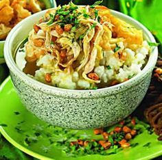 Resep Bubur Ayam sukabumi yang asli. Ada macam-macam cara membuat bubur ayam misalnya resep bubur ayam cina, spesial, sederhana, jakarta atau betawi, biasanya berbeda bumbu kuah saja cek di http://resep4.blogspot.com/2013/04/resep-bubur-ayam-sukabumi-asli.html