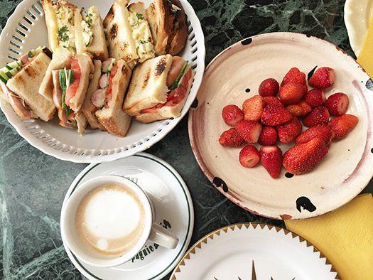 サンドイッチ(卵と玉ねぎ)(トマトときゅうりとウインナソーセージ)、café au lait、イチゴ。