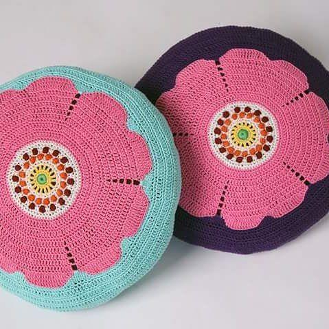 "Crocheted pillows. I have shown them in the newspaper "" Drömhem & Trädgård. Virkade kuddar "" nyponrosor"". Eget mönster #Drömhem #Pillow #crochet #virkade #Flowers  #Kuddar #inredning #virkning #design"