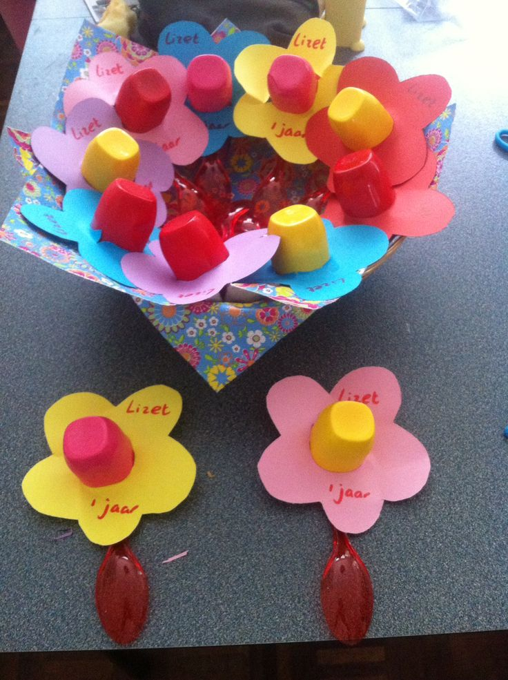 Een bloem gemaakt van danoontjes, lepels en gekleurd papier