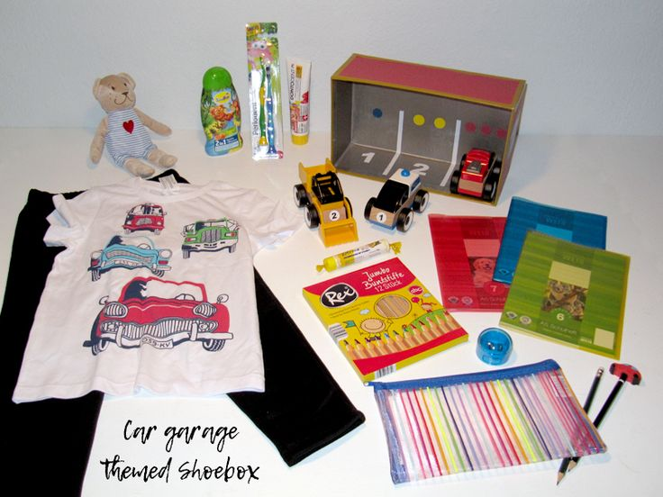 Car garage themed shoebox for a 2-4 year old boy // The box is a garage for toy cars. I packed big wooden toy cars in this box, so that they are appropriate for toddlers. // humedica: Geschenk mit Herz