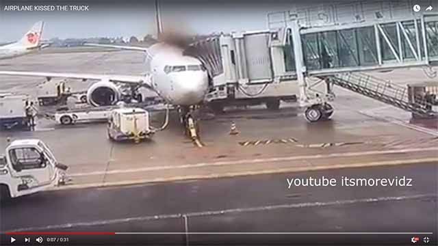 LKW prallt in Passagierflugzeug